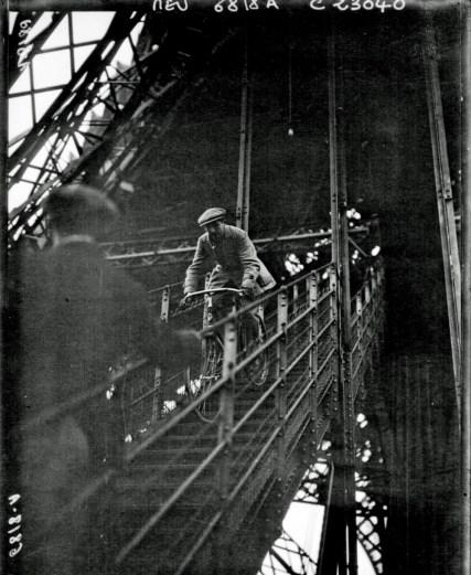 Discendendo lungo la Tour Eiffel in bicicletta