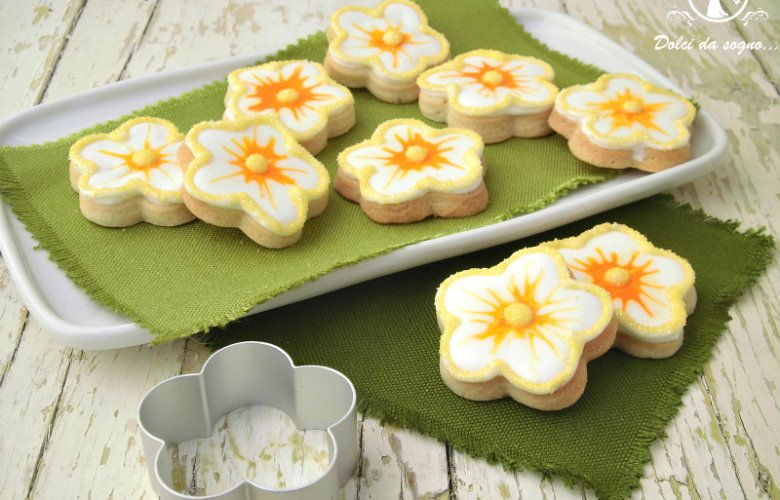 Biscotti fiorellini decorati con ghiaccia reale