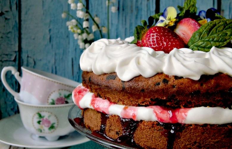 Sponge cake con cioccolato panna e fragole