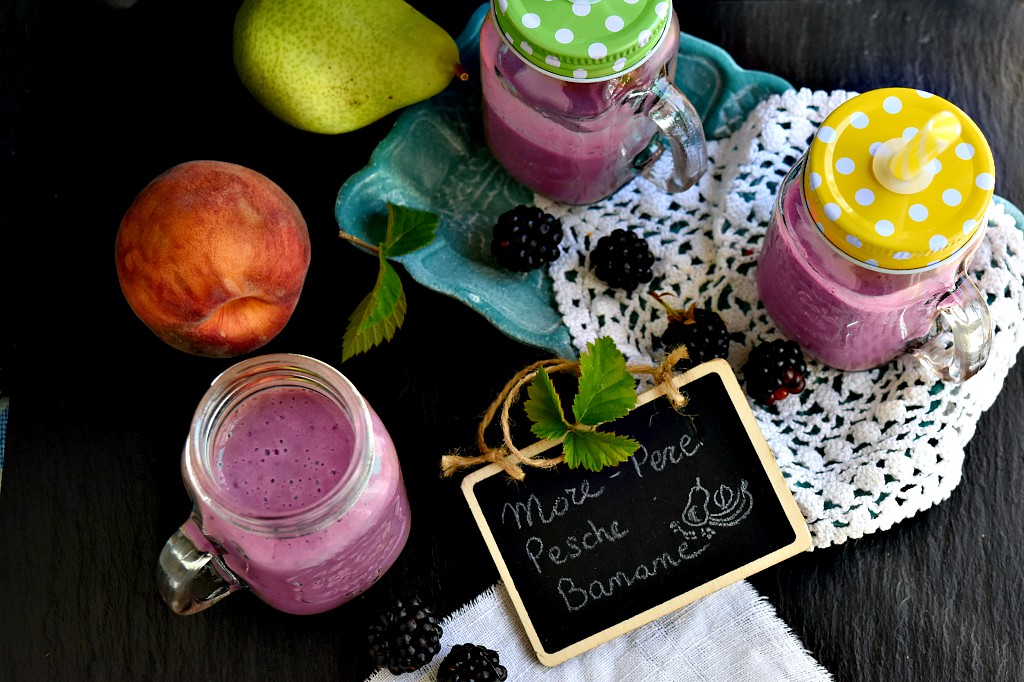 Smoothie con more, pere, pesche e banane