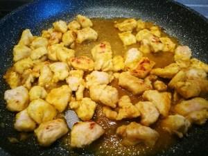 pollo al curry in doratura