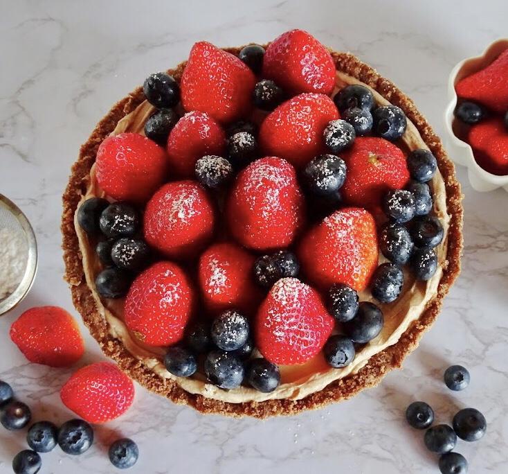 Cheesecake al cioccolato, fragole e mirtilli senza cottura