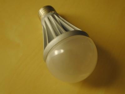 もう明るさを我慢しなくていい。LED電球 東芝 E-CORE(イー・コア)に換えました