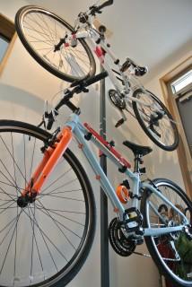 「自転車スタンド1838」で2台の自転車を壁にかける