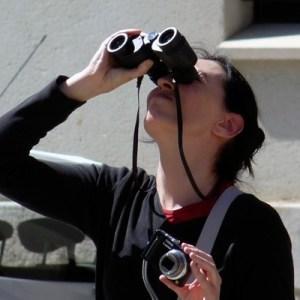 Dolores con prismáticos