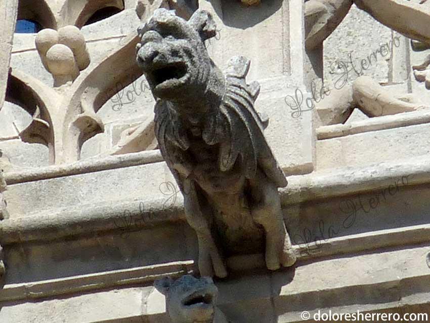 gárgola perro alado
