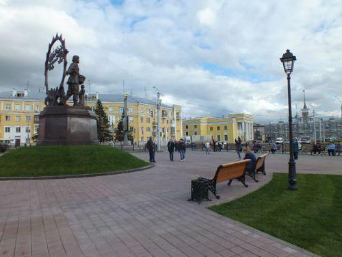 На площади Октября установили памятник, убрав  В. И, Ленина
