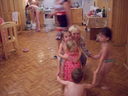 Тамара играет с детьми