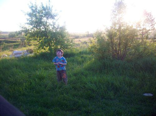 Счастливый ребёнок на природе