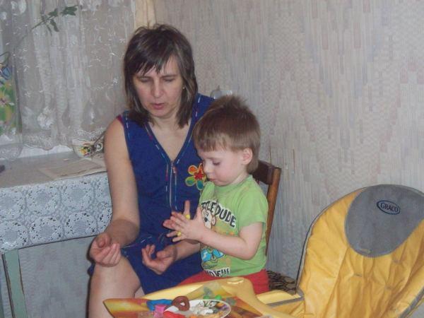 Егорка лепит из пластилина