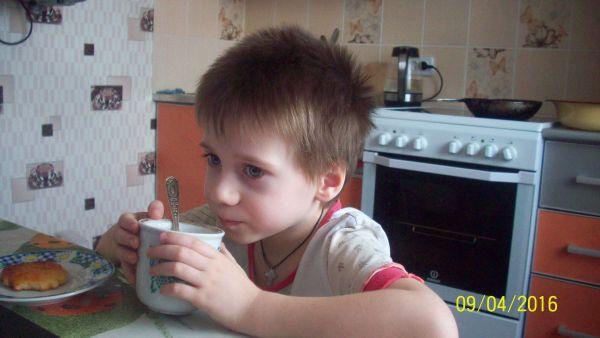 Егор чай пьёт