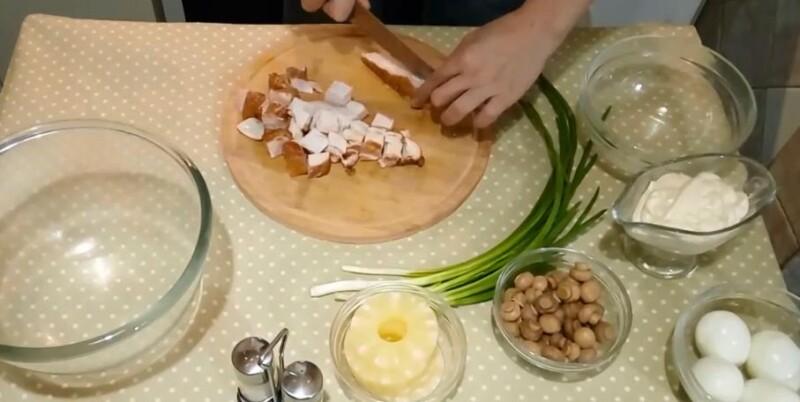 Тауық және ананас қосылған салат - қарапайым және дәмді классикалық рецепттер