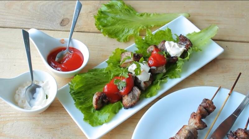 Συνταγή Kebab χοιρινού κρέατος στο φούρνο στα σουβλάκια