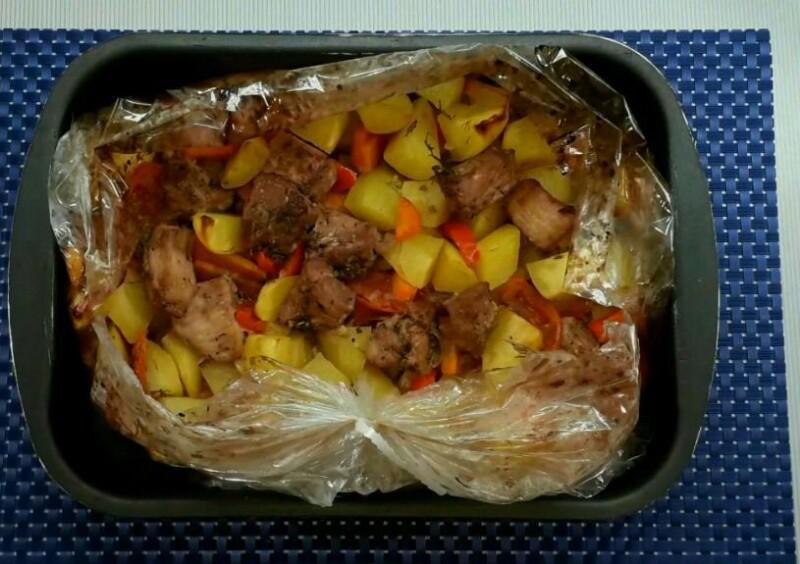 Thịt lợn ngon ngọt với khoai tây và rau trong lò