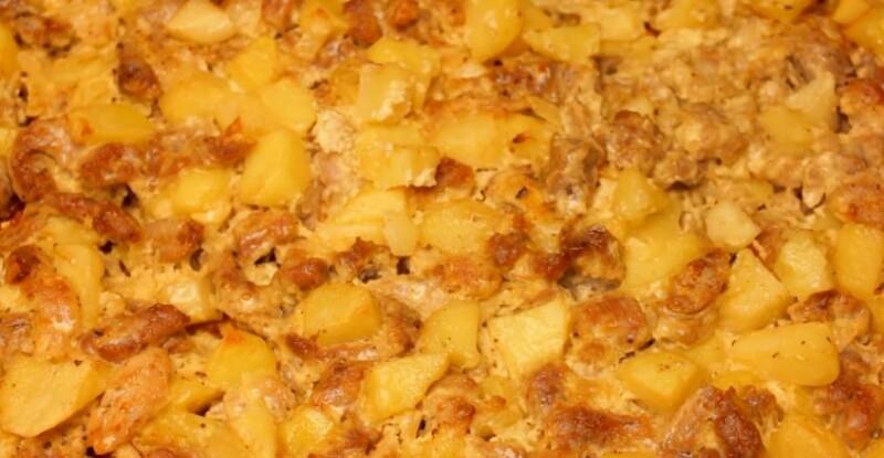 Thịt lợn với khoai tây và hành tây trong lò nướng trên quầy