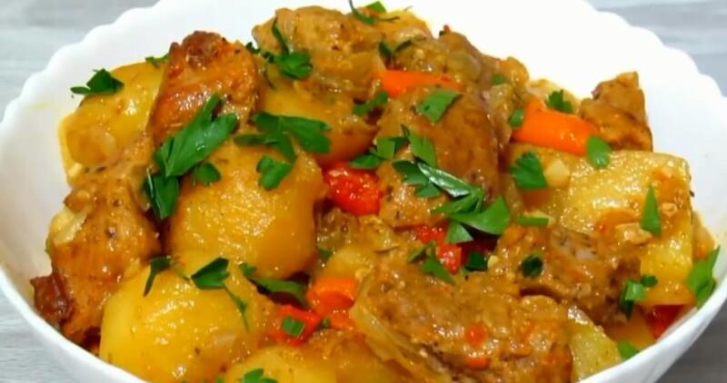 Thịt lợn trong tay áo với khoai tây trong lò - công thức đơn giản và ngon miệng