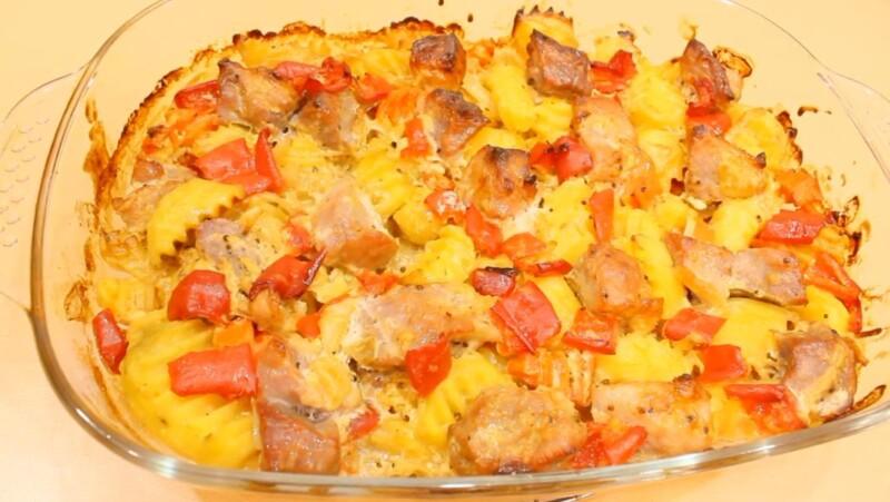 Thịt lợn, nướng trong lò nướng, với khoai tây và rau (khá thỏa mãn và ăn nhanh khi nướng)