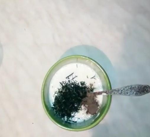 Табада майды орташа отта жылы етіңіз. 3-5 минут ішінде пиязды қуырыңыз, содан кейін сәбізді қосып, тағы 5-6 минут дайындаңыз. Жылқылар, тұз және бұрыш қосылған қаймақ.