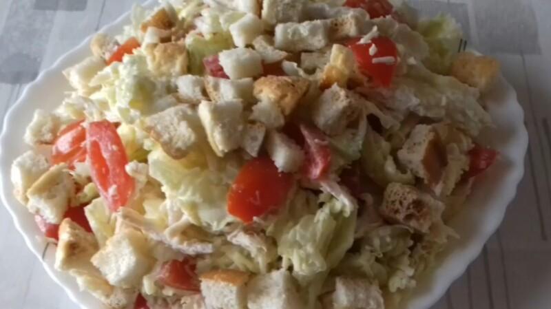 Цезарь салаты Тауық еті, пекинг қырыққабаты, қызанақ және майонез қосылған рецепт