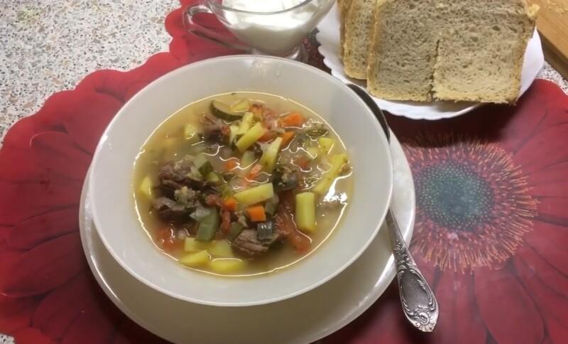 Brideller de sopa com guisado, cevada e pepinos de sal