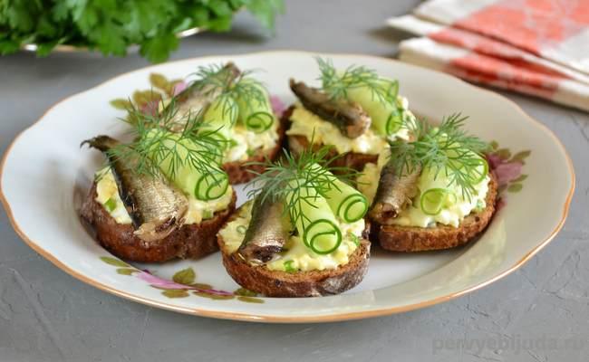 ساندویچ با چوپان و خیار سبز