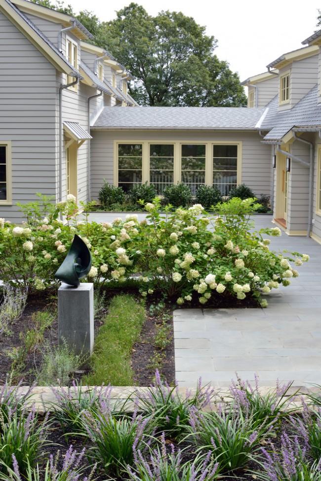 дизайн клумбы во дворе частного дома фото 3