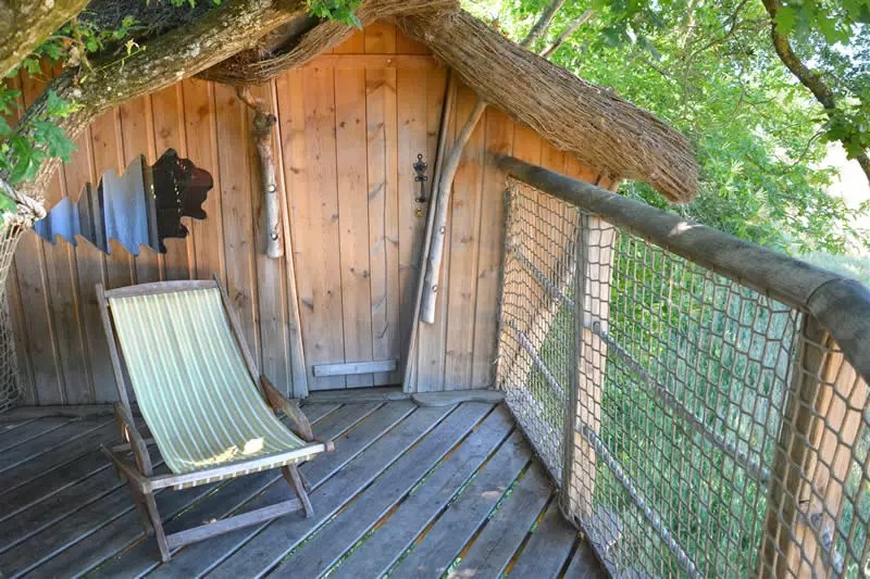 Domaine-des-Vaulx-Cabane-des-Cartes-terrasse