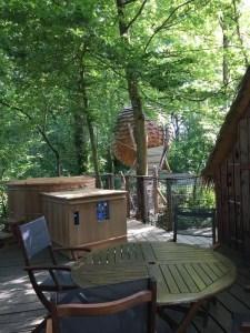 Spa et terrasse pour la cabane nuit insolite au Domaine des Vaulx