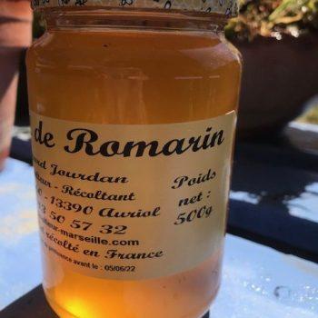 Pot de miel de romarin. Miel translucide très clair.