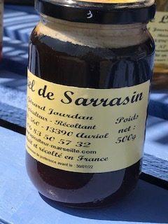 Pot de miel de Sarrasin. Miel opaque très foncé.