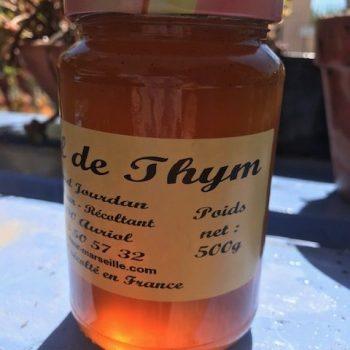 Pot de miel de thym. Miel translucide.