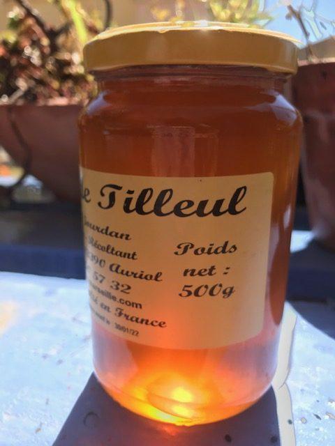 Pot de miel de tilleul. Miel translucide très clair.