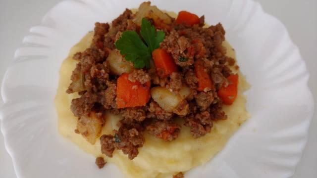 carne moída com cenoura e batata refogada
