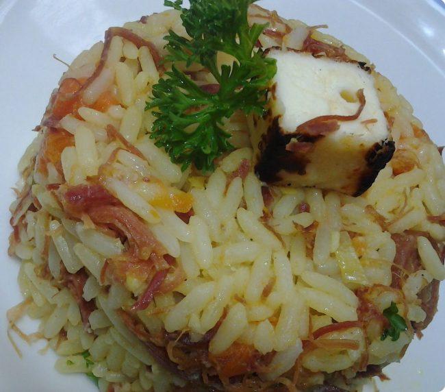 arroz colorido com carne seca, abóbora e queijo coalho