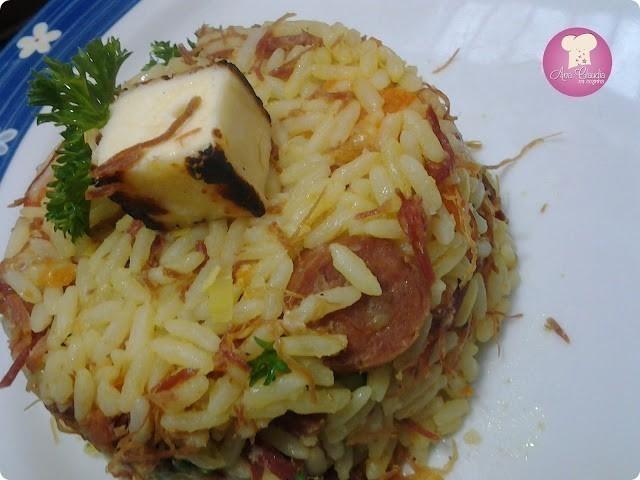 arroz colorido com carne seca na pressão