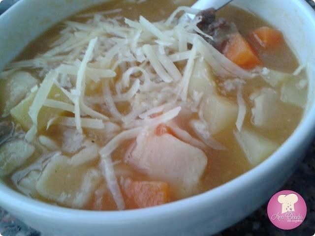 sopa de legumes caseira com carne e macarrão