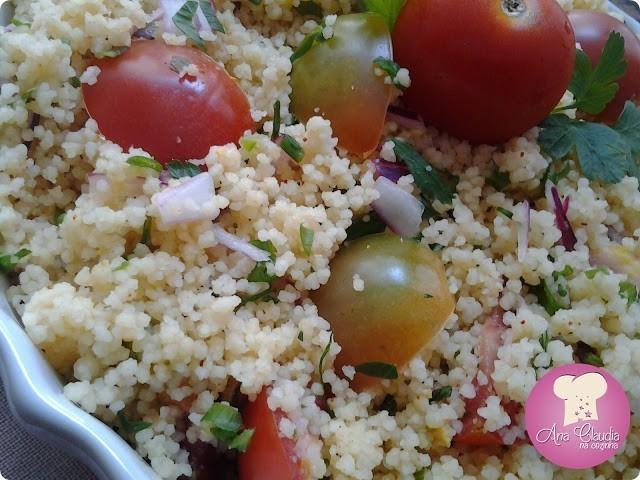 cuscus com mini tomates e cebola roxa
