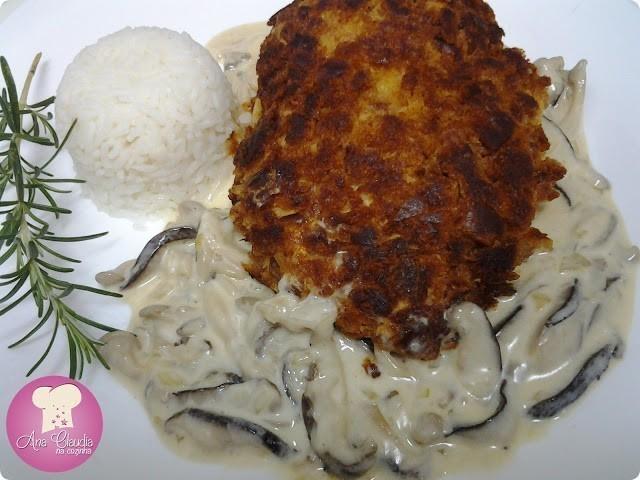 peito de frango crocante e molho de cogumelos