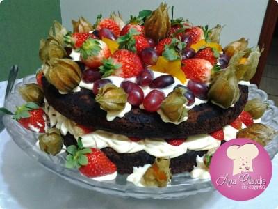 naked cake de chocolate com frutas e creme de confeiteiro
