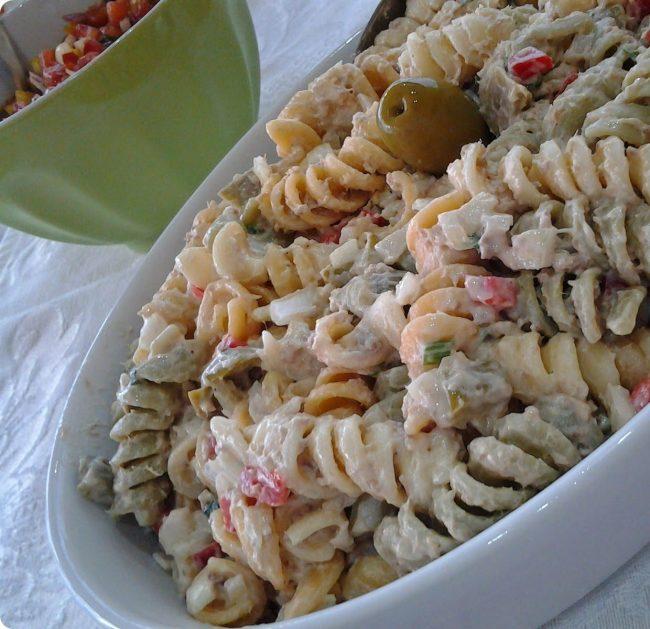 salada de macarrao com atum