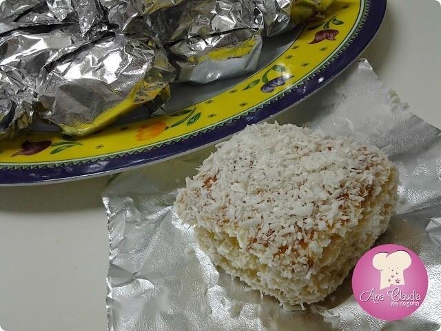 bolo molhadinho com coco e embrulhado, dom manjericão