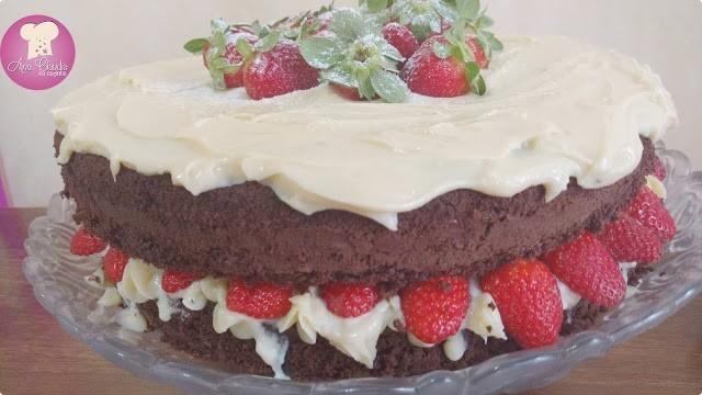 naked cake de chocolate com brigadeiro de leite ninho com morangos