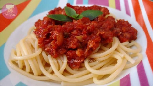 molho de tomate ragu de linguiça cozido lentamente