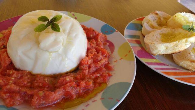 queijo burrata com molho de tomate fresco