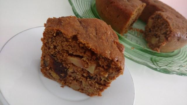 bolo de farinha integral, com banana, maçã, ameixa, açúcar mascavo