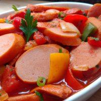Salsichão ao molho de tomate com pimentão