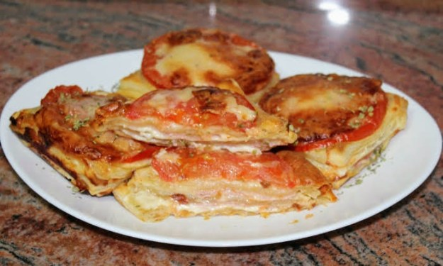 Топли сандвичи с бутер тесто, шунка и кашкавал