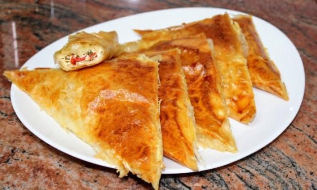 Бързи, лесни, вкусни, хрупкави триъгълни банички с готови кори и сирене