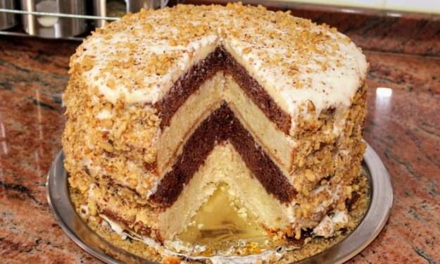 Домашна бъркана селска торта с домашен крем и орехи