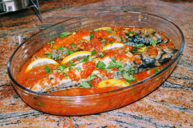 Скумрия в доматен сос на фурна
